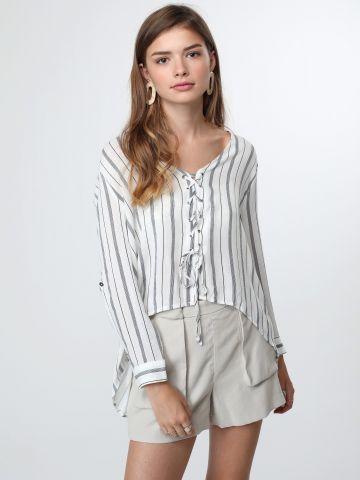 חולצת פסים ארוכה עם שרוכי קשירה וסיומת אסימטרית