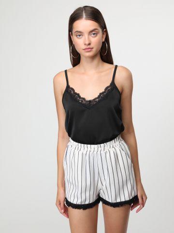 מכנסיים קצרים בהדפס פסים עם סיומת פרומה בצבע