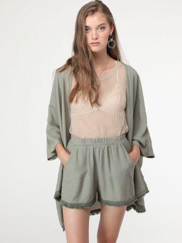 מכנסיים קצרים עם סיומת פרומה בצבע