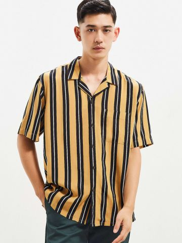 חולצה מכופתרת בהדפס פסים עם כיס UO