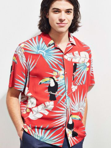 חולצה מכופתרת בהדפס טרופי עם כיס UO