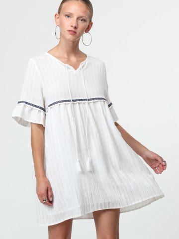 שמלת מיני פסים בשילוב עיטורי רקמה