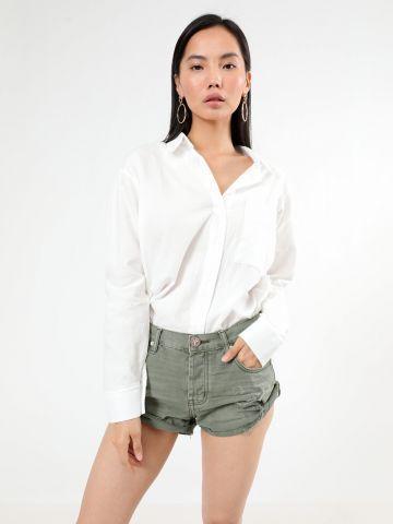 ג'ינס קצר אסימטרי עם קרעים
