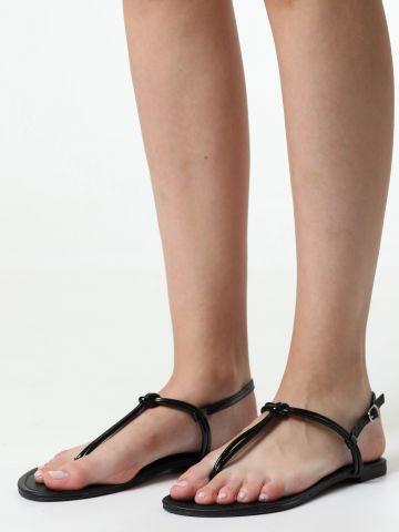 סנדלי אצבע עם רצועות כפולות