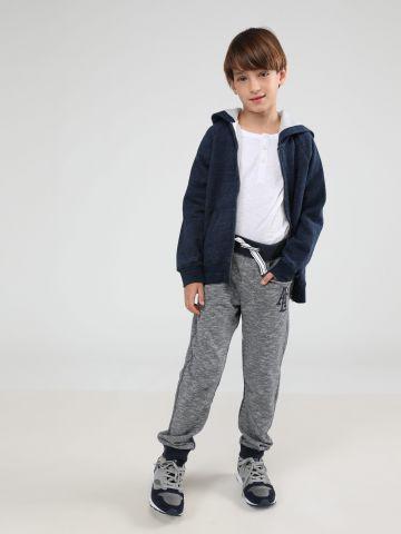 מכנסי טרנינג בהדפס פסים דקים עם לוגו