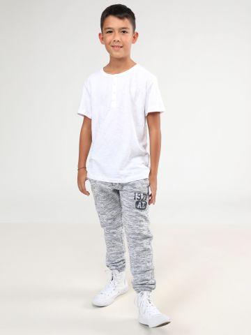 מכנסי טרנינג ארוכים מלאנז' עם הדפס כיתוב