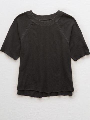 חולצת סווטשירט שרוולים קצרים עם סיומת גזורה
