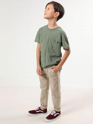 חולצת טי שירט עם כיס בחזית וקו תפר דקורטיבי / בנים
