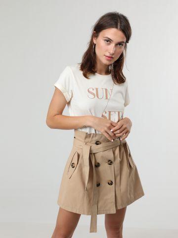 חצאית מיני טרנץ' עם כפתורים וחגורת קשירה