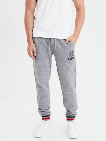 מכנסי טרנינג לוגו עם מנג'טים פסים
