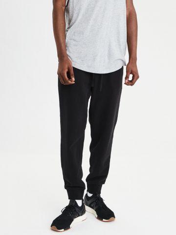 מכנסי טרנינג עם הדפס לוגו