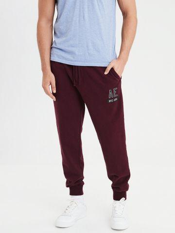 מכנסי טרנינג עם הדפס לוגו בחזית