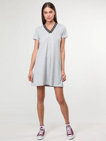 שמלת טי שירט מיני וי גליטר