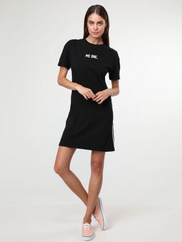 שמלת טי שירט עם סטריפים בצדדים