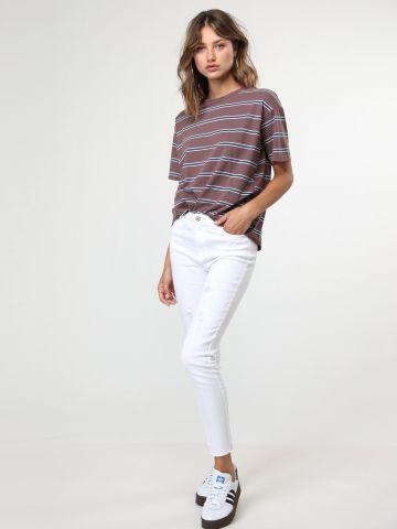 ג'ינס עם עיטורי קרעים וסיומת פרומה