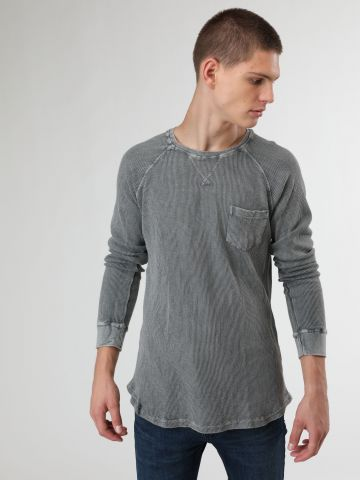 חולצה בטקסטורת פיקה עם כיס בחזית