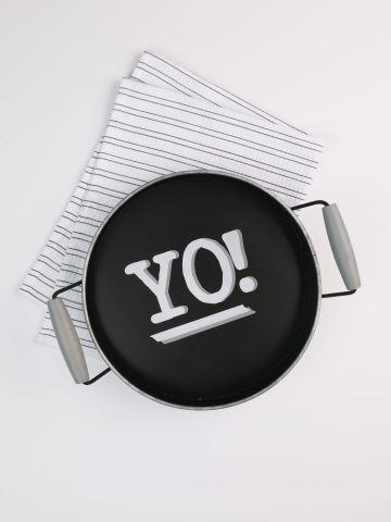 מגש מתכת מגלוונת עם ידיות עץ והדפס YO!