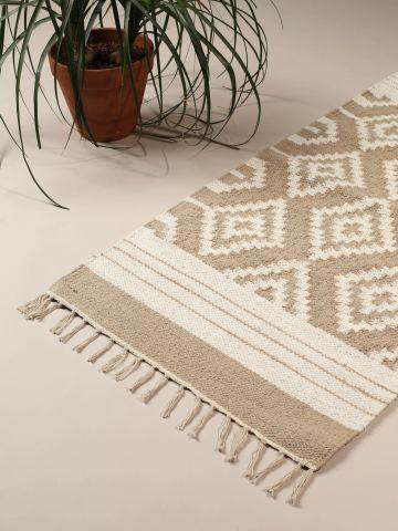 שטיח בסגנון אינדיאני עם עיטורי פרנזים