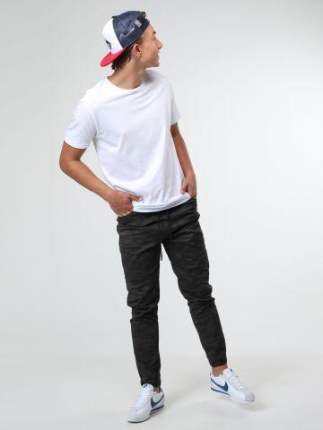 מכנסי סקיני קמופלאז' עם תפרים אלכסוניים