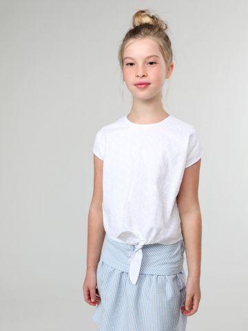 חולצה עם עיטורי רקמה