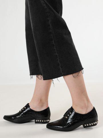 נעלי Slip-On עור בטקסטורת נחש עם ניטים / נשים