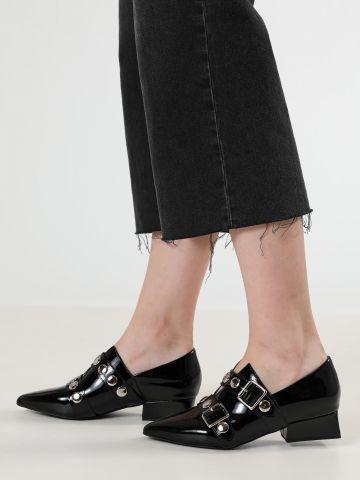נעלי עקב מעור מבריק עם אבזמים MANFORD / נשים
