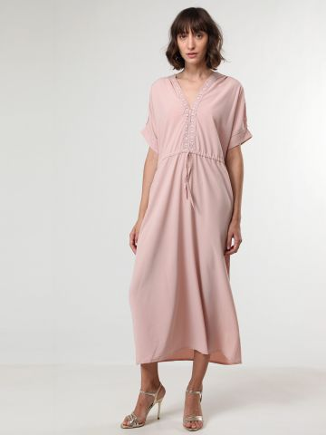 שמלת מקסי עם פסי תחרה ושרוך קשירה במותן