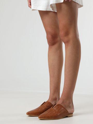 כפכפי מיולז עור בטקסטורת קליעה