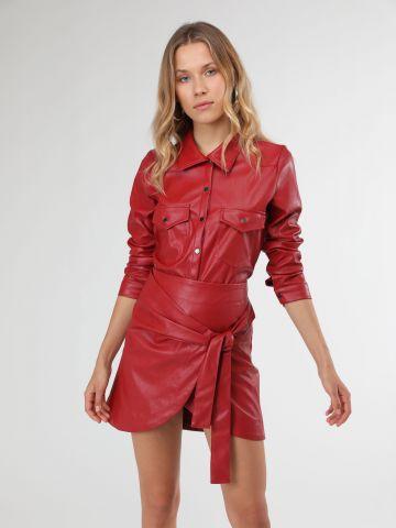 חצאית מיני מעטפת דמוי עור עם קשירה