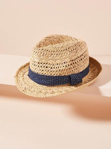 כובע קש עם עיטור צעיף בד בהדפס נקודות