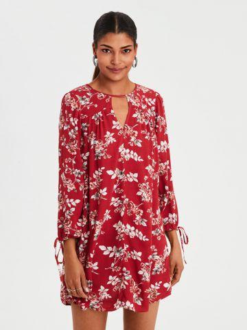 שמלת מיני בהדפס פרחים עם מפתח וי גבוה