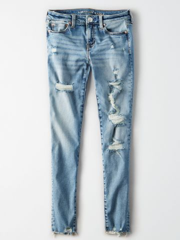 ג'ינס סקיני בשטיפה בהירה עם קרעים וסיומת פרומה / נשים