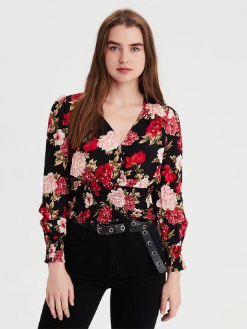 חולצת וי בהדפס פרחים עם גומי בתחתית