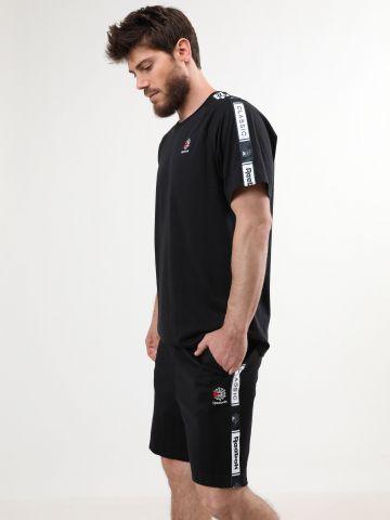 מכנסי טרנינג קצרים עם סטריפים לוגו
