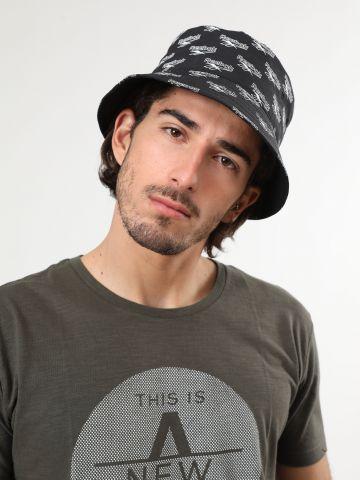 כובע באקט בהדפס לוגו