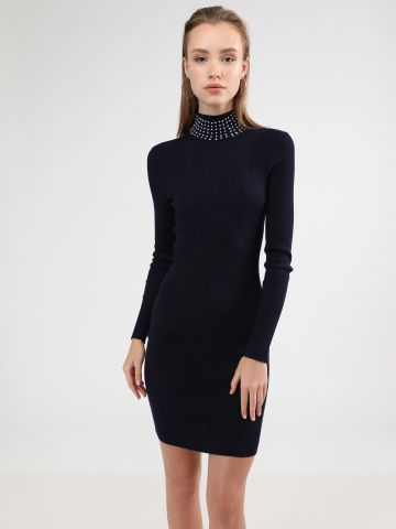 שמלת סריג מידי צווארון גבוה בעיטור פנינים