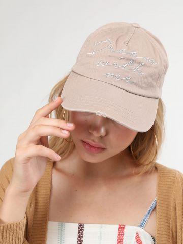 כובע מצחייה עם רקמת כיתוב Dream With Me