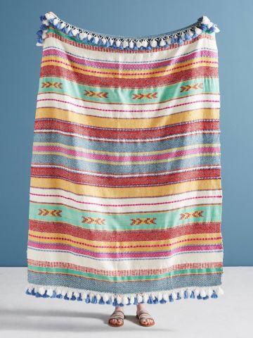 שמיכה עם פסים ופרנזים צבעוניים