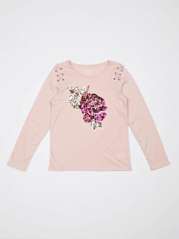 טי שירט עם פרח מפאייטים ואיקסים בכתפיים / בנות
