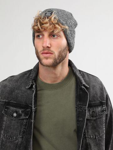 כובע גרב סרוג עם פאץ' לוגו