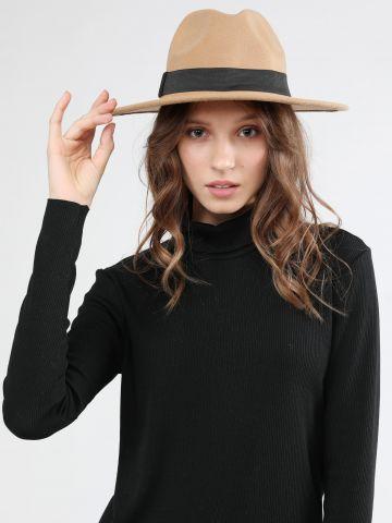 כובע רחב שוליים בעיטור רצועה