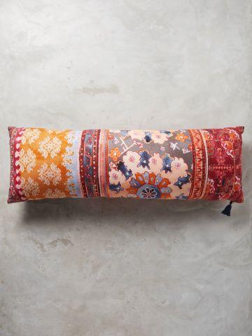 כרית נוי מלבנית בהדפס פרחים ועיטורים אתניים