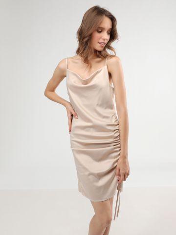 שמלת סאטן מיני עם שסע וכיווצים בצד