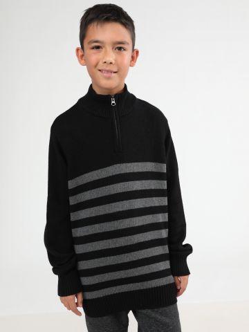 סוודר בדוגמת פסים עם צווארון גבוה ורוכסן