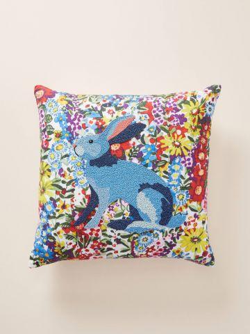 כרית נוי מרובעת בהדפס פרחים עם ארנב