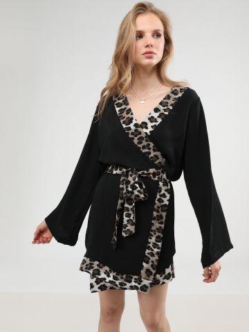 שמלת מעטפת מיני עם שוליים בהדפס מנומר ורצועת קשירה