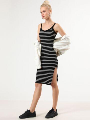 שמלת סריג מידי בדוגמת פסים עם שסע