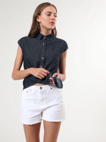 ג'ינס קצר בשטיפה בהירה עם סיומת פרומה