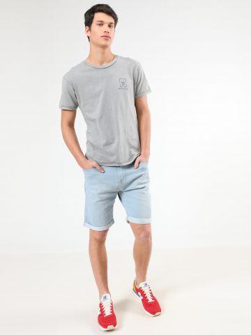 ג'ינס קצר בשטיפה בהירה עם קיפולים