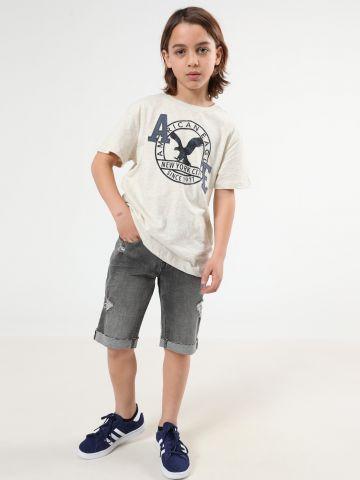 ג'ינס קצר עם סיומת גזורה וקרעים
